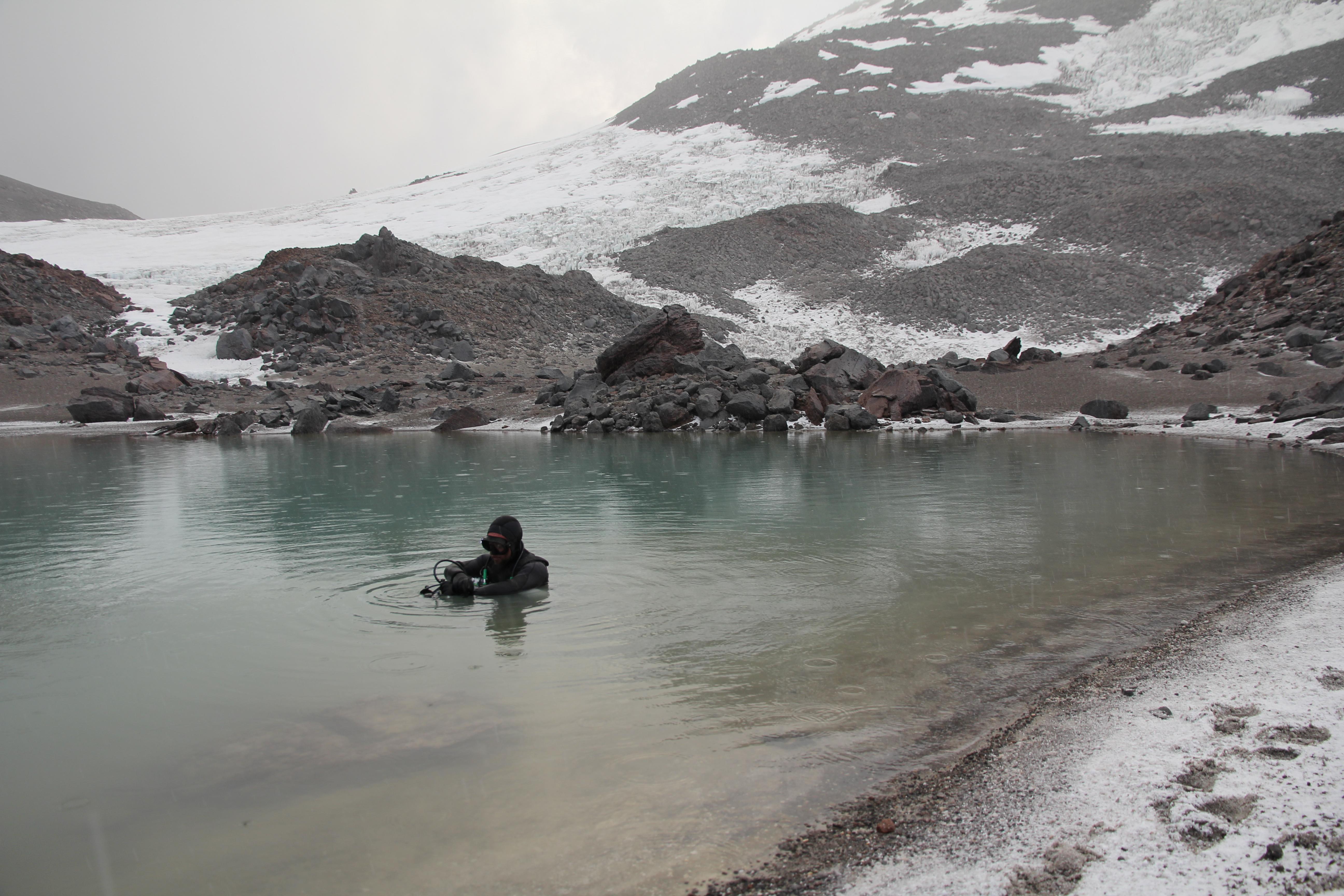 Erno Tosoki bucea en un lago permanente en la ladera oriental del volcán activo Ojos del Salado